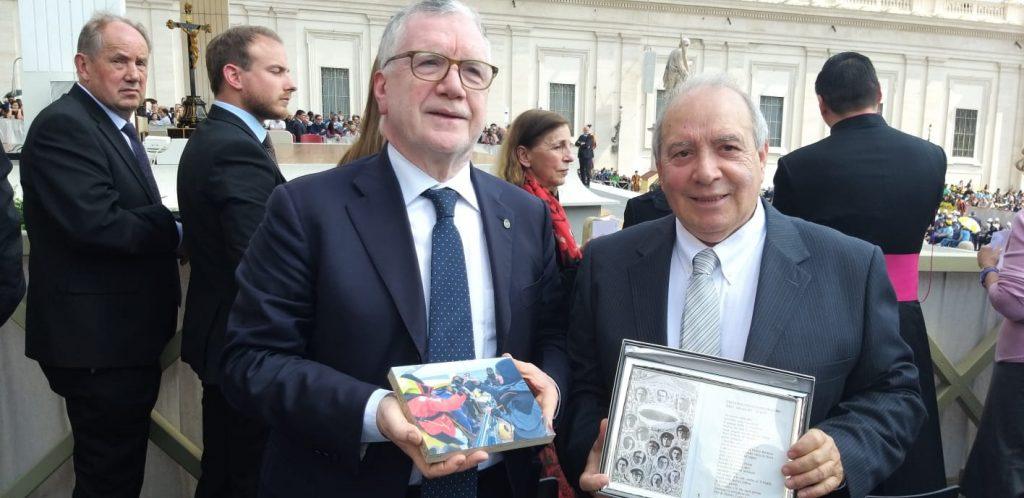 Massimo Inguscio e Giuseppe Biagi jr con i doni per il Papa